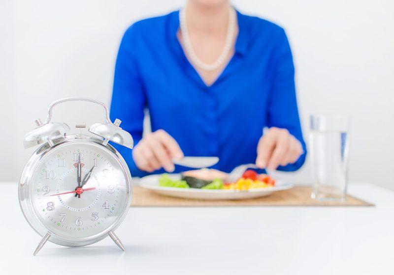 איך לא לאכול יותר מדי בארוחה
